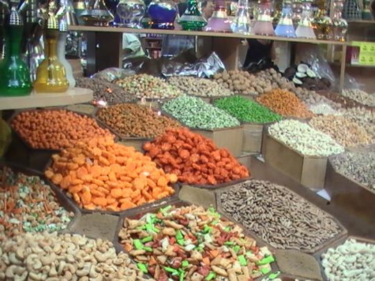 Banco di legumi e frutta secca in un souk di Deira, Dubai